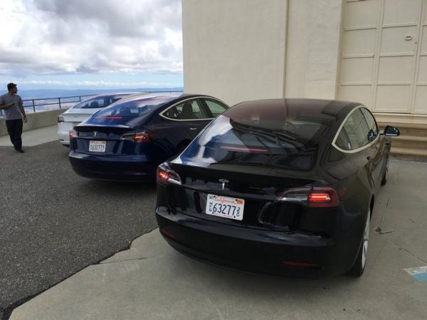 Новые снимки автомобиля Tesla Model 3 демонстрируют отсутствие приборной панели и ручку АКПП с режимом автопилота