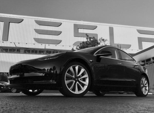 Первый серийный автомобиль Model 3 сошёл с конвейера Tesla