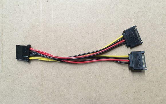Двойная мощность SATA с 4-контактным адаптером питания Molex