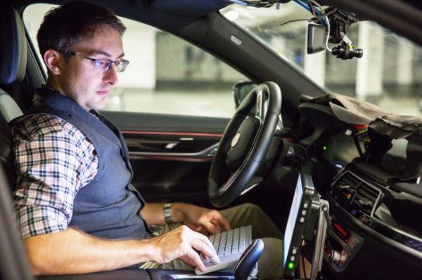 Ученые смогли обмануть беспилотный автомобиль, «подправив» дорожные знаки