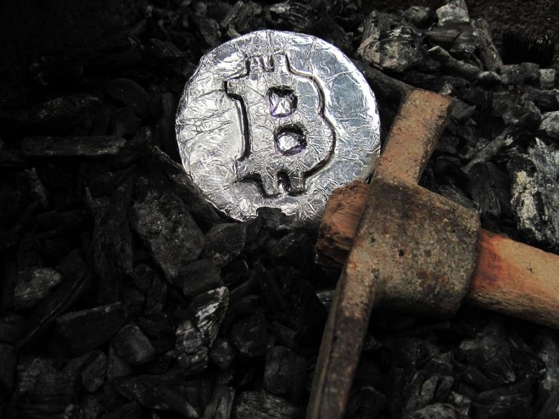 Уголь для биткоина: Энергозатраты на майнинг растут вместе с курсом