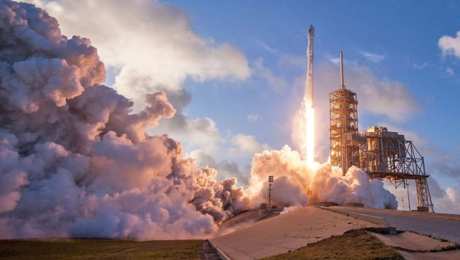 На выходных SpaceX выведет на орбиту два спутника связи
